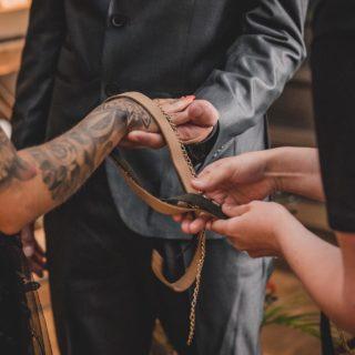 """»Handfasting ⠀⠀⠀⠀⠀⠀⠀⠀⠀ Schon mal von diesem Ritual gehört? Nein? Kein Problem, ändern wir! 😋☝🏻 ⠀⠀⠀⠀⠀⠀⠀⠀⠀ Das Handfasting wurde schon von den Gälen und den Wikingern praktiziert und ist völlig frei von sämtlichen religiösen Ritualen.  ⠀⠀⠀⠀⠀⠀⠀⠀⠀ Bei diesem Ritual besiegelt Ihr Euren """"Pakt fürs Leben""""/ Euer Versprechen durch das Zusammenfügen Eurer Hände durch einen Unendlichkeitsknoten. ⠀⠀⠀⠀⠀⠀⠀⠀⠀ Was mir besonders gut gefällt: Bei dieser Variante wird je ein Familienmitglied von jedem eingespannt. Das Mitglied legt jeweils ein Band auf die Hand des/der in der eigenen Familie neu willkommen geheißenen Partners*in und ein drites Band symbolisiert den neuen gemeinsamen Lebensabschnitt, den neuen Familienzweig, der gegründet wird. ⠀⠀⠀⠀⠀⠀⠀⠀⠀ Unter guten Wünschen werden die Hände symbolisch mit einem Unendlichkeitsknoten für immer verbunden, den das Paar dann gemeinsam festzieht. ⠀⠀⠀⠀⠀⠀⠀⠀⠀ Das Ritual lässt sich durch die Wahl der Materialien perfekt personalisieren. Und auch das Einbinden aller Gäste lässt sich durch das Beschriften vieler bunter Bänder mit guten Wünschen wunderbar umsetzen. 😍 ⠀⠀⠀⠀⠀⠀⠀⠀⠀ Mit dem Segen und den guten Wünschen Eurer Herzmenschen kann dann ja quasi nichts mehr schied gehen, oder? 😜 ⠀⠀⠀⠀⠀⠀⠀⠀⠀ #totietheknot #Handfasting #Trauritual ⠀⠀⠀⠀⠀⠀⠀⠀⠀ Fotos: @oliver_kelm_fotografie Pärchen: @_kim_040_ & @fabianzygla Location: @weinlandwaterfront Brautmode: @villa.marina.brautmode Ringe: @janspilleschmuck Floristik: @eventfloristikbyklara Dekoration: @fn_eventdesign Papeterie: @luna_papeterie Konditorin: @thecakebaroness Brautstyling: @kimstadermann_makeup Planung: @luos_weddingplanning Catering: @kruegers_foodfactory_catering"""