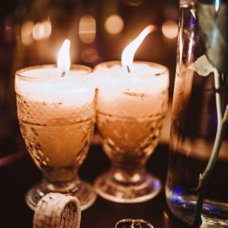 »Licht  ⠀⠀⠀⠀⠀⠀⠀⠀⠀ Gerade jetzt, wenn die Tage wieder kürzer werden und es früh dunkel wird, zünden wir zuhause gerne Kerzen an. 🕯 Heutzutage weniger aus Mangel an Licht, als aus Gemütlichkeit.✨ ⠀⠀⠀⠀⠀⠀⠀⠀⠀ Auch bei Trauungen haben Kerzen früher eine große Rolle gespielt.  Im Mittelalter sollten Geister durch den Schein der Kerze vertrieben werden. Die Kerze stand für Helligkeit, Liebe und Wärme und das Entzünden der Flamme während der Trauung sollte das Glück und die Liebe des Brautpaares in in den Himmel tragen. 💫 ⠀⠀⠀⠀⠀⠀⠀⠀⠀ Noch heute werden Traukerzen gerne als Ritual in die freie Trauung eingebunden.  Besonders schön: Bindet Eure Eltern mit ein, in dem sie für Euch die Hochzeitskerze mit 4 weißen Stabkerzen entzünden. Sie geben so ihr Licht und ihre Liebe  symbolisch an Euch weiter. ♥️ ⠀⠀⠀⠀⠀⠀⠀⠀⠀ Wäre eine Traukerze und die Symbolik des Lichts ein passendes Ritual für Euch?😏 ⠀⠀⠀⠀⠀⠀⠀⠀⠀ #egalwienebeligesleiteteuch #springtübereurenschatten #freieTrauung #Trauritual #Traukerze ⠀⠀⠀⠀⠀⠀⠀⠀⠀ Photo by Jonathan Borba on Unsplash